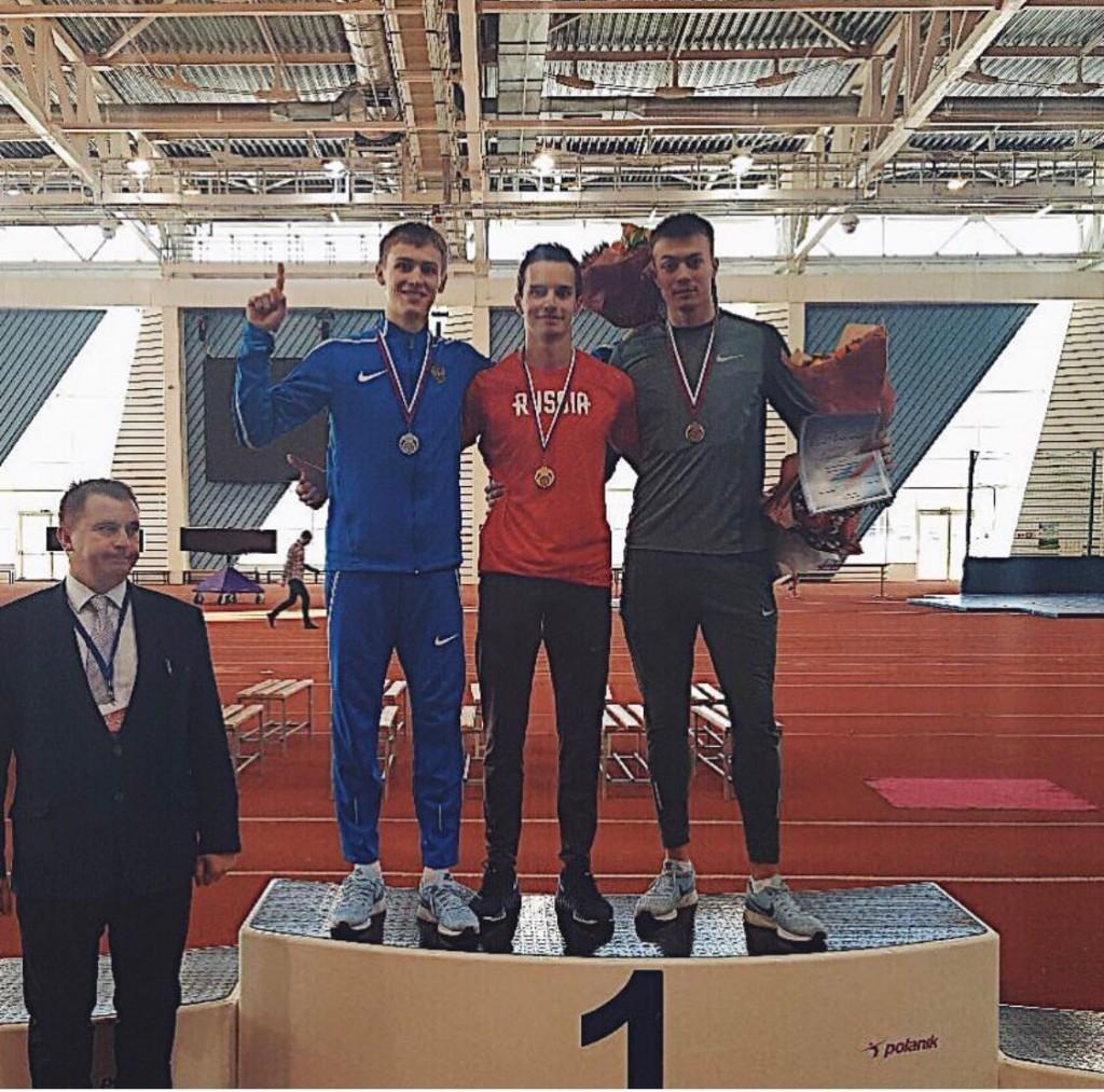 Виталий Павлов (в центре) - победитель молодежного первенства России